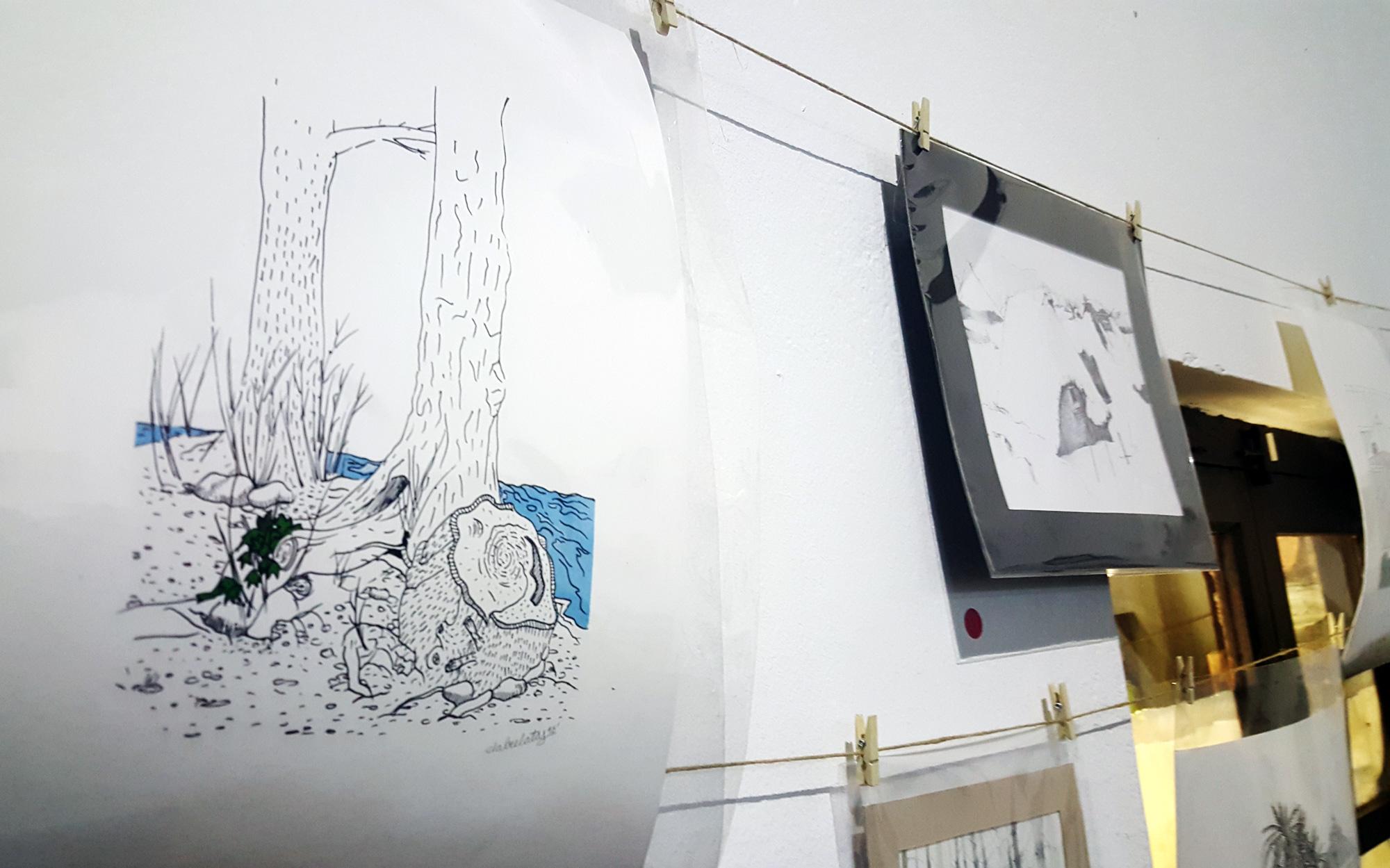 Imagen del tendedero de dibujos de la muestra Dualidades de Cacabelos