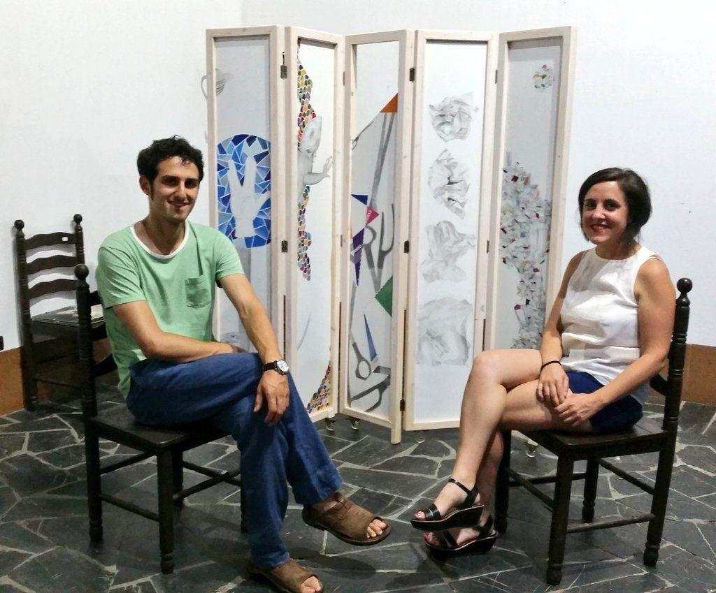 Lemuel Quiroga y el abrelatas delante del biombo creado por la artista.